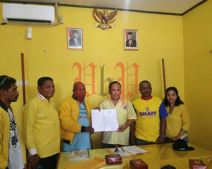 Bakal Calon Ketua DPD I Partai Golkar Provinsi Papua Barat, Mozes Rudi F. Timisela didampingi tim kerja mengembalikan formulir pendaftaran kepada SC di sekertariat penjaringan, Jumat (28/2). PbP/ARS