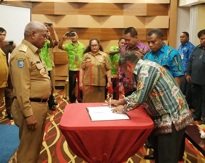 Gubernur Papua Barat, Drs Dominggus Mandacan menyaksikan penandatanganan berita acara pelantikan dua anggota Pansel calon anggota DPR-PB jalur Otsus di Aston Niu Manokwari, Senin (17/2). PbP/ARS