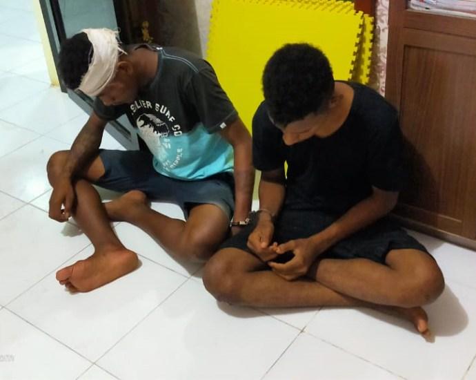 Dua pelaku jambret yang tertangkap warga saat diamankan di Mapolres Sorong. PbP/MPS