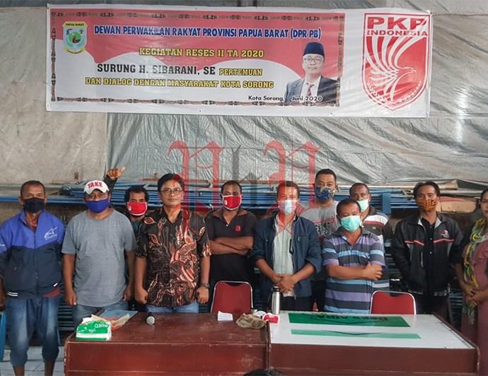 Anggota DPR Papua Barat Surung H. Sibarani, saat bertemu warga Kota Sorong, Minggu (28/6). PbP/JOY