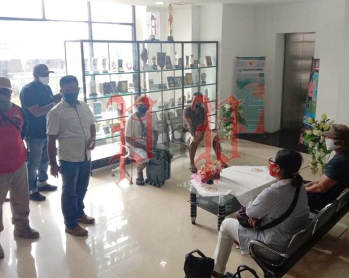 Palsukan Dokumen, Penumpang KM Dobonsolo ditahan di Posko Gustu COVID-19 Kota Sorong, Selasa (7/7).PbP/JEF