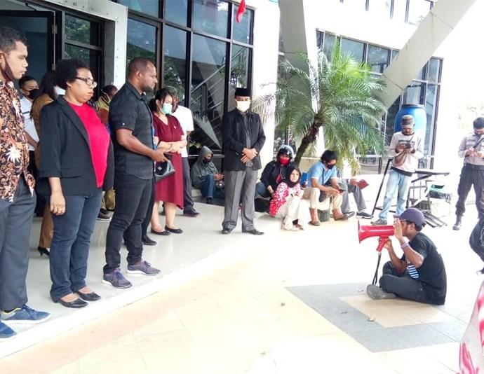 Solidaritas pemuda dan mahasiswa peduli korban banjir Kota Sorong, saat menggelar aksi demo di halaman kantor DPRD Kota Sorong, Selasa (28/7). PbP/JOY