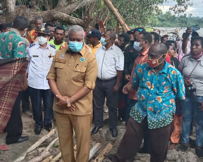 Gubernur Papua Barat Drs Dominggus Mandacan hadiri proses peletakan batu pertama pembangunan pelabuhan Teluk Masni,Jumat (23/10). PbP/ARS