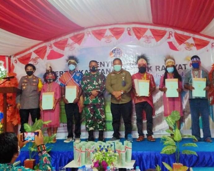Penyerahan sertifikat gratis kepda warga Kabupaten Sorong. PbP/MPS
