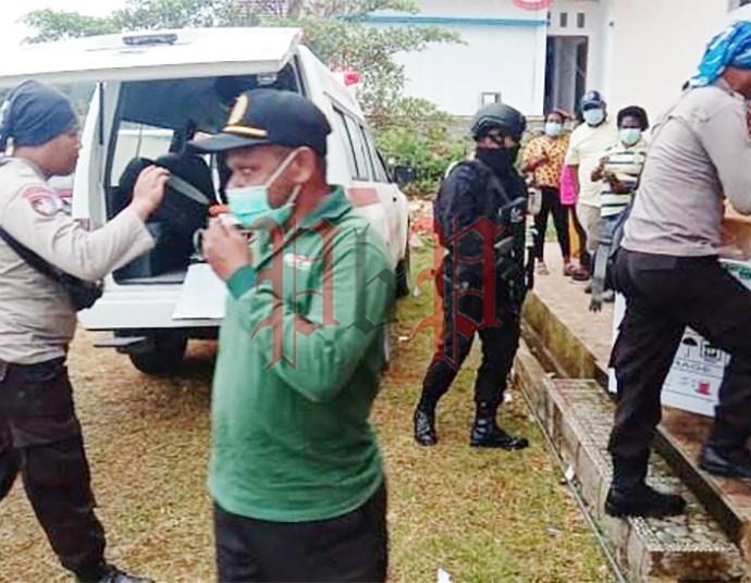 Sebanyak 560 dosis vaksin sinovac saat tiba di Kabupaten Maybrat dengan dikawal ketat anggota kepolisian. Foto: SEM