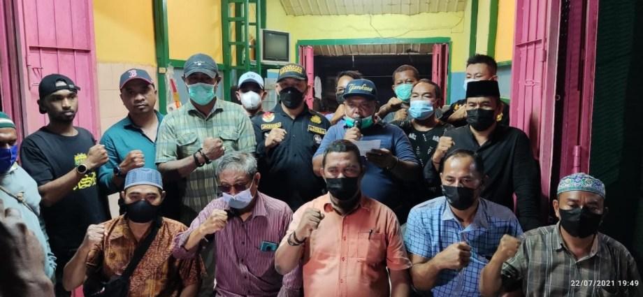 FOTO BERSAMA : Forum Komunikasi Pemuda Nusantara bersatu usai memberi keterangan pers, foto bersama, Kamis (22/7/2021). Foto: PbP/CR40