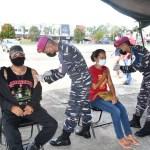 DIVAKSIN - Dua warga yang sedang diberi vaksin oleh TNI AL di Alun-Alun Kota Baru Aimas, Kamis (22/7/2021) Foto: Istimewa