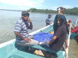 Amirudin Sabuku (kiri) saat menuju ke wilayah Teluk Arguni untuk menjaring aspirasi masyarakat.