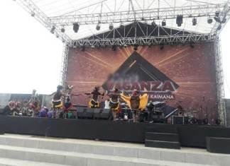 Salah satu group tari asal Kaimana dari sanggar Tebing Senja saat tampil Minggu (31/12) siang tadi