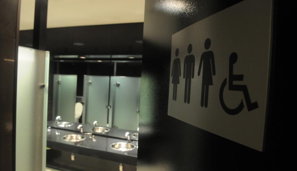 Un restaurante escondió a sus comensales en el baño para evitar la clausura