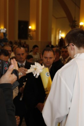Trzymając zapalone gromnice, dzieci odnowiły przyrzeczenia, złożone wich imieniu przezrodziców nachrzcie świętym