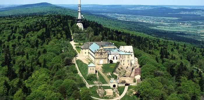 https://i2.wp.com/parafiaraclawice.pl/wp-content/uploads/2016/09/klasztor.jpg