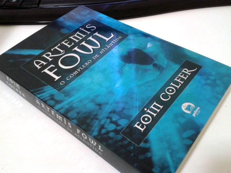 (4) exemplo de chapada metalizada na capa de Artemis Fowl e o Complexo de Atlântida de Eoin Colfer