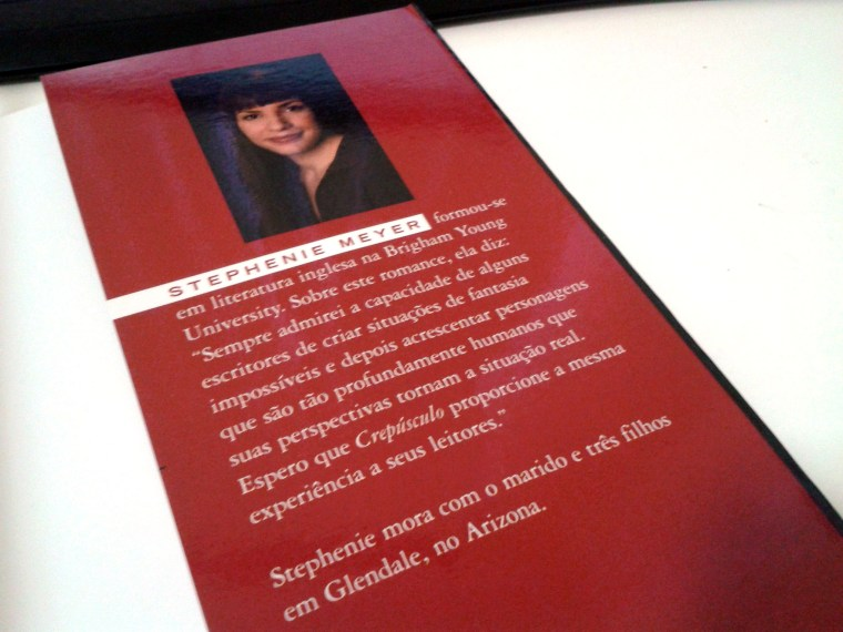 (9) exemplo de orelha direita com foto e mini-bio do autor. Crepúsculo de Stephenie Meyer
