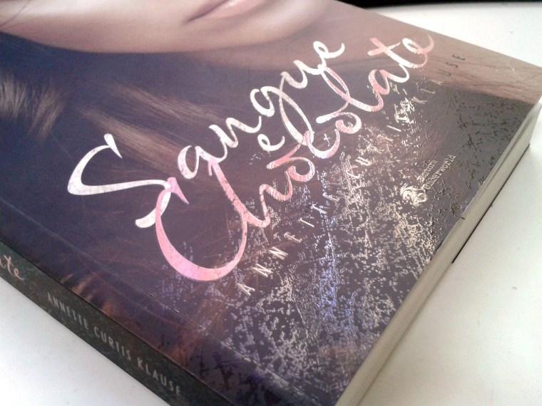 (2) aplicação de verniz localizado na capa do livro Sangue e Chocolate de Annette Curtis Klause