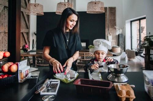 Sophie et sa fille en train de cuisiner