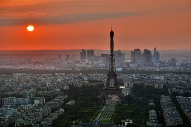 Paris et Tour Eiffel vues du ciel sous le coucher de soleil