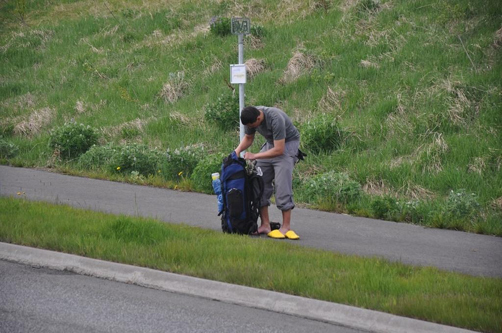 9:48. Pierwsze kłopoty podróżującego na własną rękę. Po dotarciu do większej ulicy pora zmienić klapeczki na bardziej konkretne obuwie.