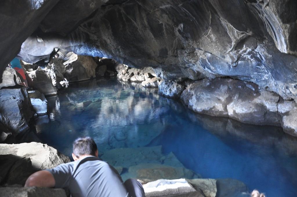 12:00. Koło południa docieramy do Grotagja, źródła gorącej wody ukrytej w wąwozie tektonicznym. Woda jest tak gorąca, że niemożliwe jest się w niej wykąpać.
