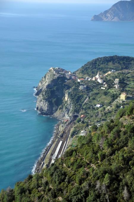 Wzdłuż Cinque Terre ciągnie się jedna z najbardziej malowniczych linii kolejowych na świecie.