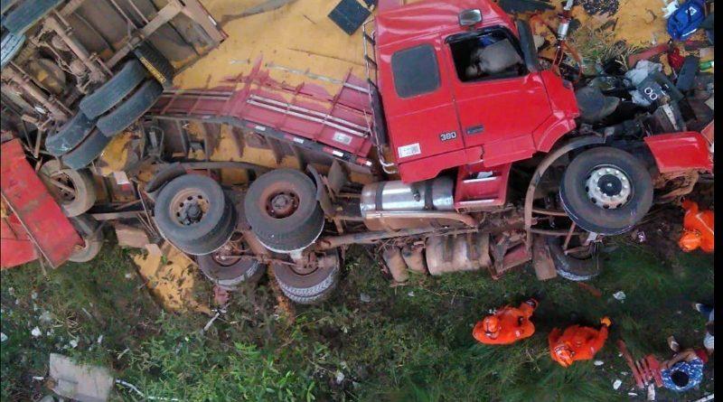 Caiu de uma ponte: Monteirense fica preso as ferragens após cair de ponte com carreta em São Luís do Maranhão.