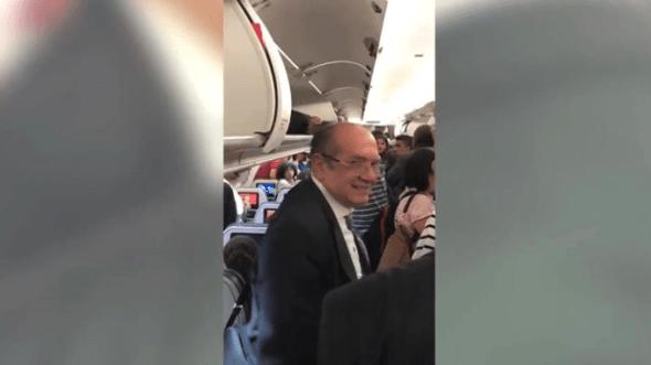 Gilmar Mendes é hostilizado em voo e se cala; veja