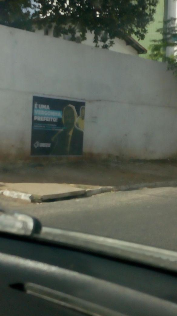 População espalha cartazes contra gestão de Panta em Santa Rita