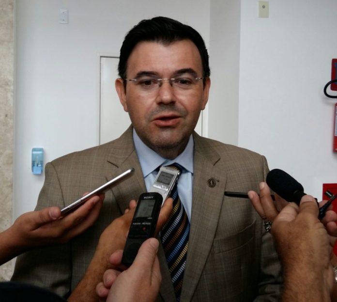 Deputado sai em defesa de Maranhão e diz que senador tem o melhor nome das oposições