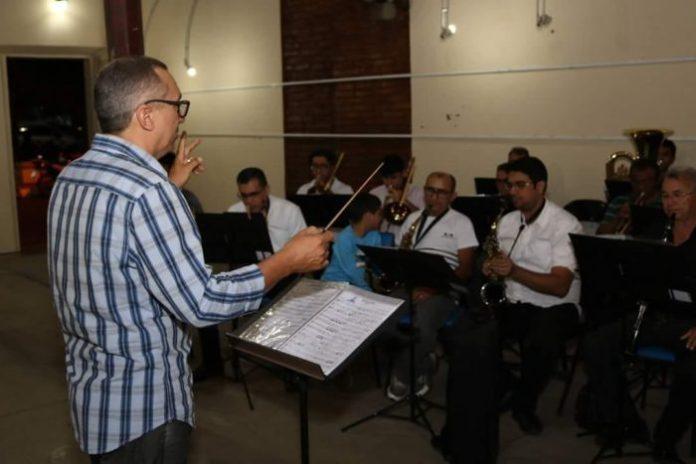 Projeto Sextas Musicais, em Patos, realiza apresentações da Filarmônica 26 de Julho com cantores locais