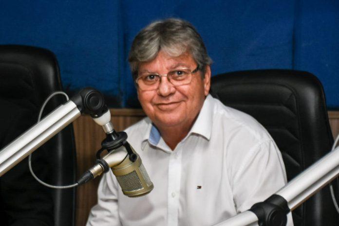 Durante debate em rádio, João Azevêdo propõe Centro de Convenções e VLT em CG