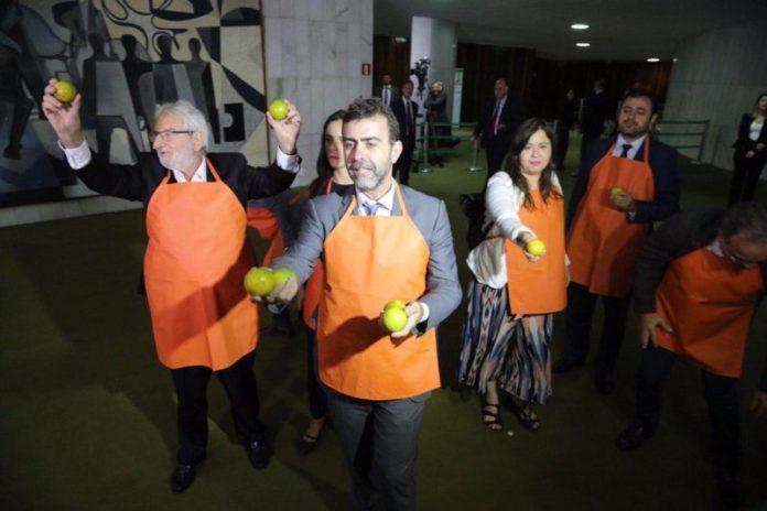 Oposição recebe Bolsonaro no Congresso com laranjas na mão; veja vídeo e fotos