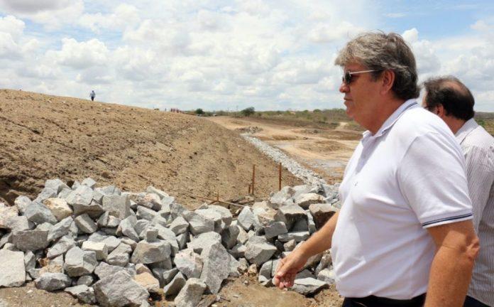 João entrega obra hídrica em Caraúbas e visita a adutora TransParaíba