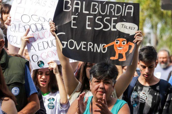 Na Educação não, Bolsonaro!