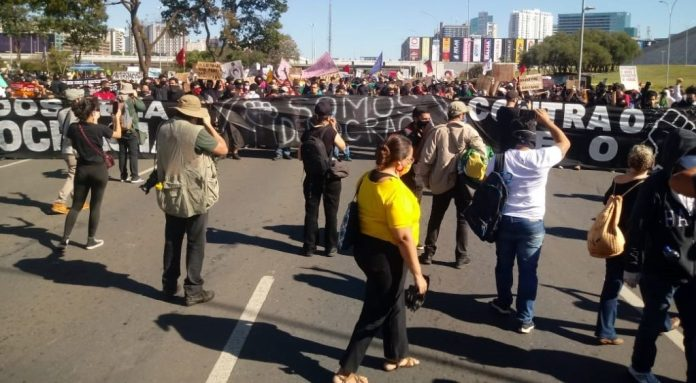 Pró-democracia: manifestantes protestam contra Bolsonaro em Brasília