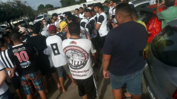 Vídeo: revoltados, torcedores do Botafogo-PB invadem Maravilha do Contorno