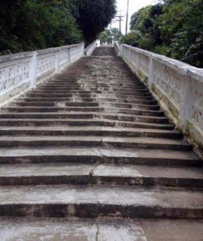 Moradores denunciam descaso da gestão de Cartaxo com a escadaria da Penha