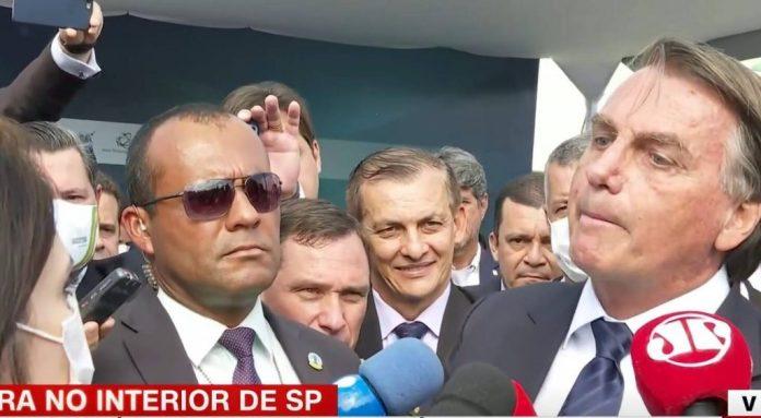Vídeo: sem máscara e descontrolado, Bolsonaro volta a agredir jornalistas