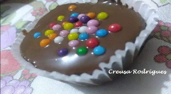 Tem Na Web - Bolinhos de chocolate com cobertura e confeitos. Confira!