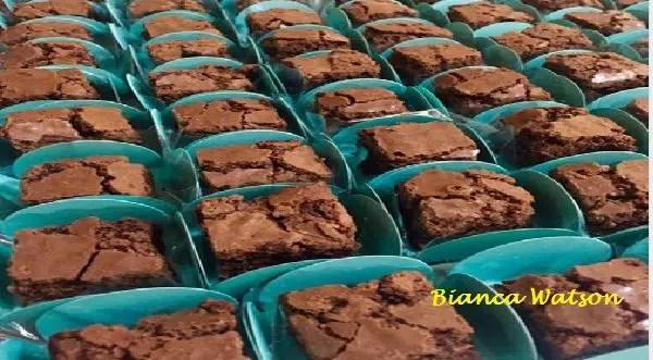 Tem Na Web - BROWNIES - Em tabuleiro para bolos e partido em pequenos quadrados