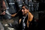 A chorros de agua, policía de Bolivia dispersa protesta de discapacitados