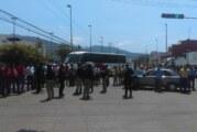 Maestros cierran calles, exigen mejoras en ISSSTE de Vallarta y Tomatlán