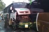 Muere persona en choque frontal entre dos camiones