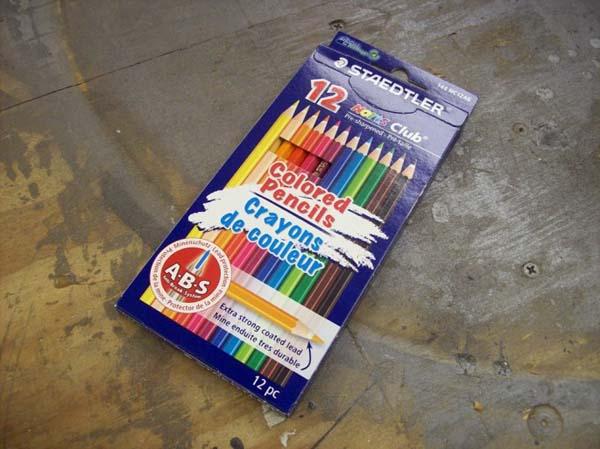 Tomo una caja de lapices de colores.