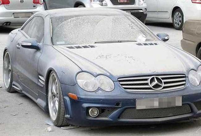Turistas y residentes locales están siendo culpados por abandonar sus autos caros.