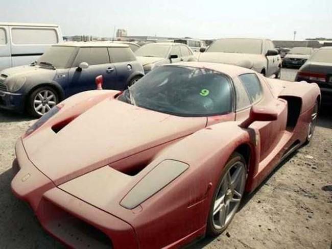 Según las estadísticas, este problema va en crecimiento. La policía embarga alrededor de 3,000 autos de lujo abandonados al año en Dubai.