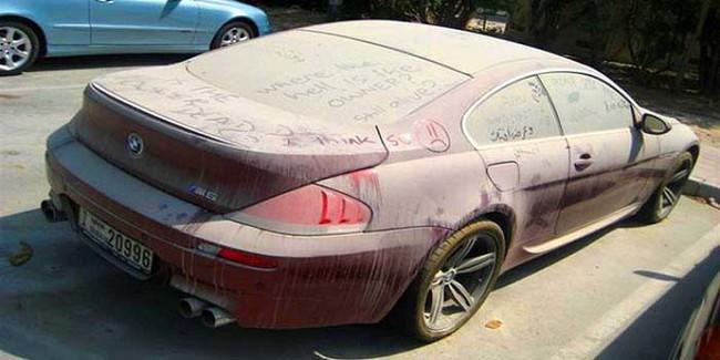 El polvo cubre estos autos deportivos en los estacionamientos.