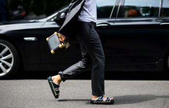 accessory-gold-studded-black-sliders-and-box-purse-le-21eme9760-le-21eme-adam-katz-sinding-laura-comolli-milan-mens-fashion-week-spring-summer-2016_aks7504
