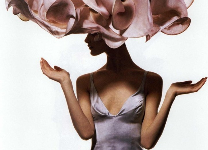 Shalom-Harlow-April-1-1995-Vogue-Floral-creation-by-milliner-Philip-Treacy-Dress-by-Richard-Tyler-Photo-by-Irving-Penn280-736x1024
