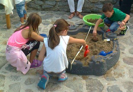 """Οι μικροί """"αρχαιολόγοι"""" ψάχνουν για ευρήματα στο χώμα."""