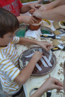 Προσπαθώντας να κολήσουν τα ευρήματά της αρχαιολογικής τους ανασκαφής